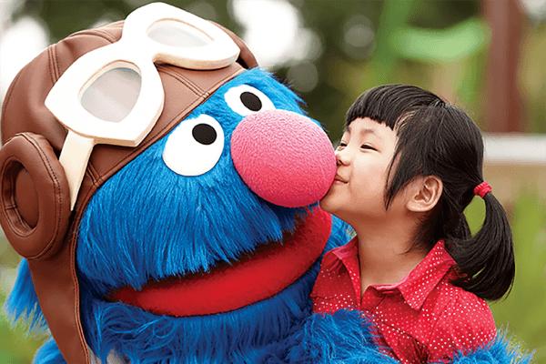 Kid with Grover on Busch Gardens Tampa Bay Orlando